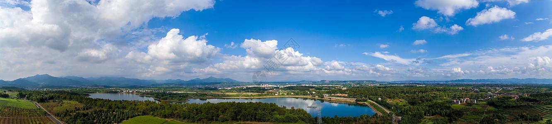 蓝天下的水库全景图片
