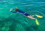 快乐浮潜的男性游客图片