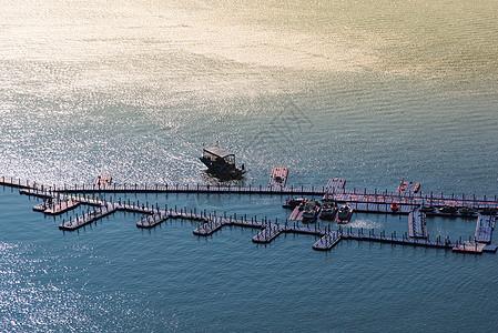 惠州巽寮湾夕阳下大海上的渔船快艇和渔港图片