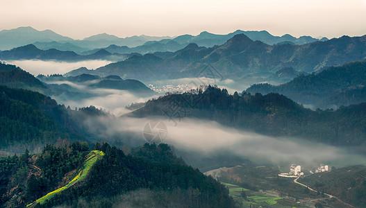 晨雾缭绕的群山与小村庄图片