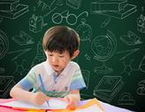黑板前画画的孩子图片
