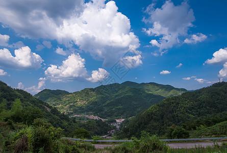 蓝天下的小山村图片