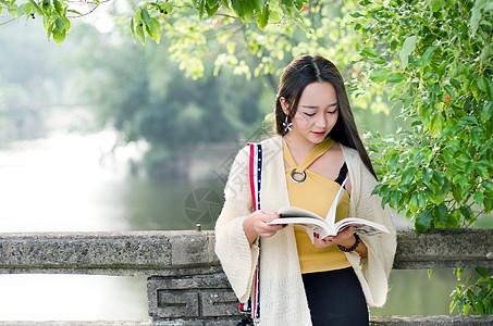 认真看书的小清新长发美女图片