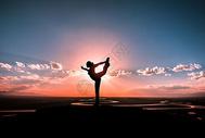 夕阳下的瑜伽剪影图片