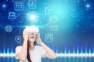 女士体验VR眼镜图片