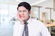 牙痛的人图片