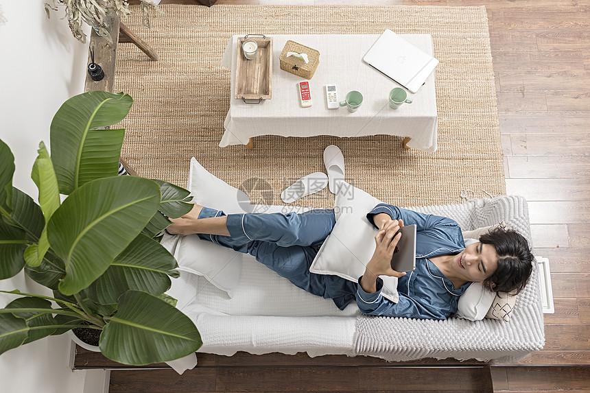 男子在家中使用平板电脑图片