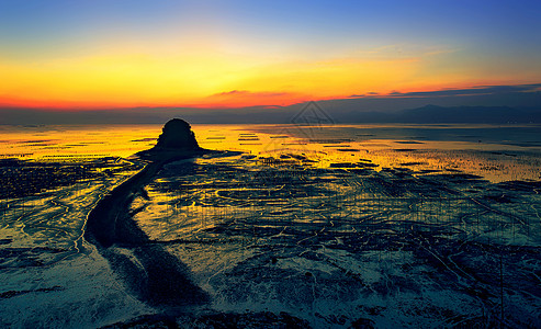 海边滩涂的璀璨日出图片