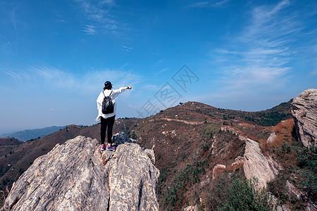 登山的人物背影图片
