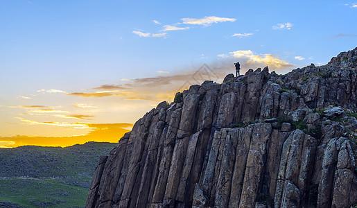 山顶上拍照的人图片
