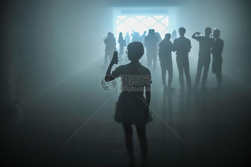人物情绪隧道剪影图片
