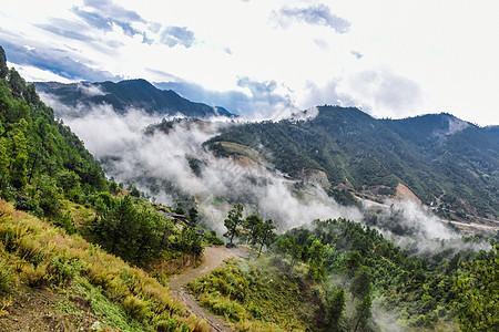 云雾缭绕的山图片