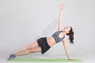 运动健身女性舒展肢体训练图片