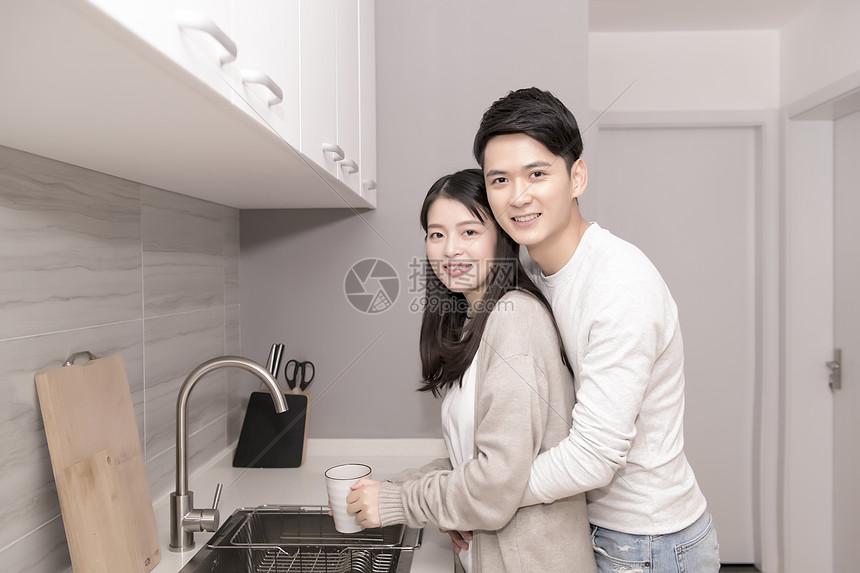 夫妻在厨房图片