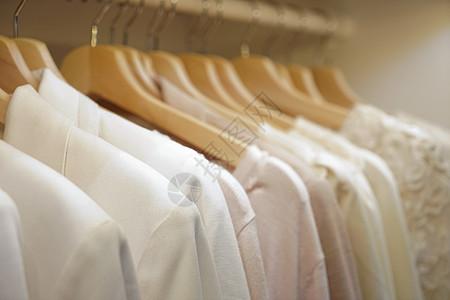 服装店内衣架上的女装图片