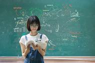 黑板前学习的女孩图片
