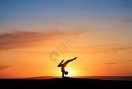 夕阳下的瑜伽剪影500696355图片