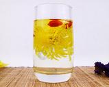 杯中冲泡的金丝皇菊、枸杞花茶图片