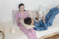 情侣在家休闲状态图片