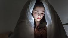 女子熬夜玩手机图片