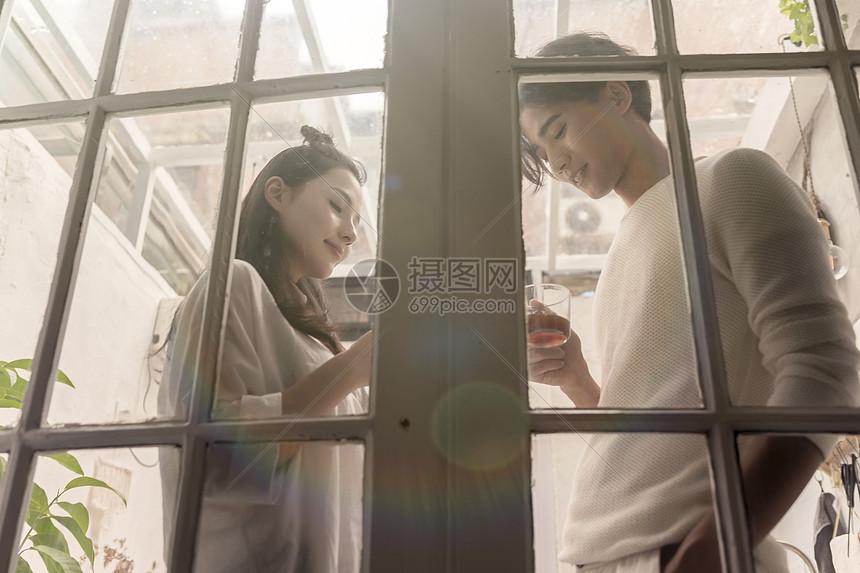 情侣在庭院喝咖啡休息图片