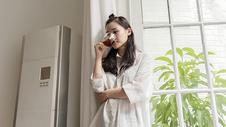 女子在家休息喝咖啡500696817图片
