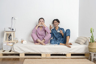 情侣在家看电视图片