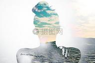 女性背影中的大海天空图片