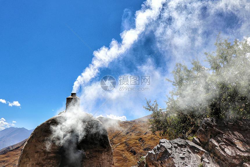 西藏高原燃烧的烟炉图片
