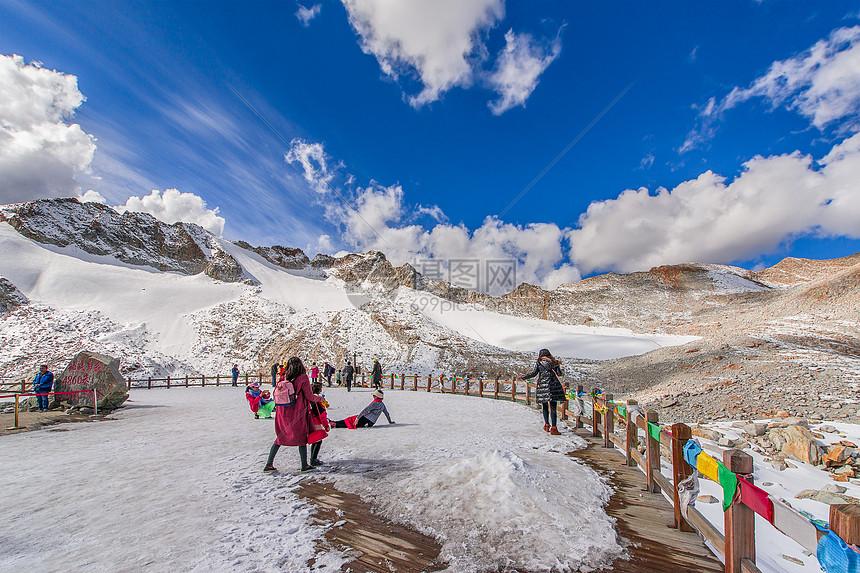 川西达古冰川的游客图片