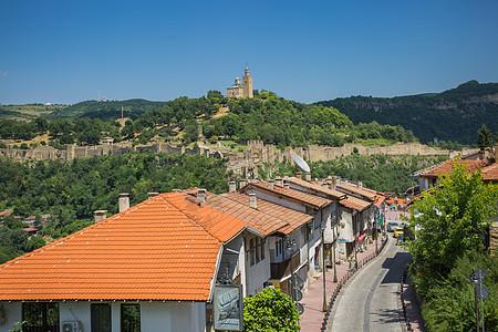 建在山谷里的美丽小镇图片