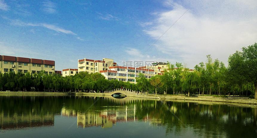 烟台大学三元湖图片