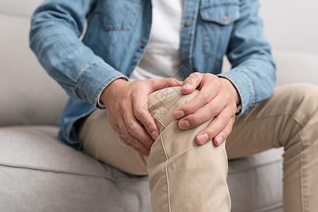 膝盖痛的年轻男子图片