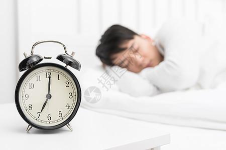 卧室床头的闹钟特写图片