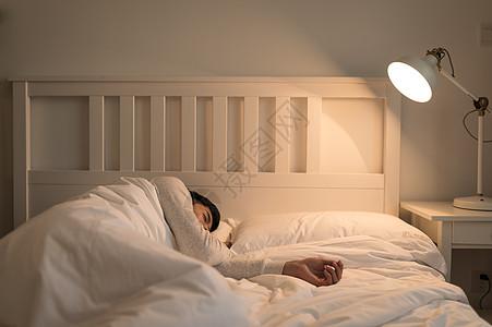 熟睡睡觉的年轻男子图片