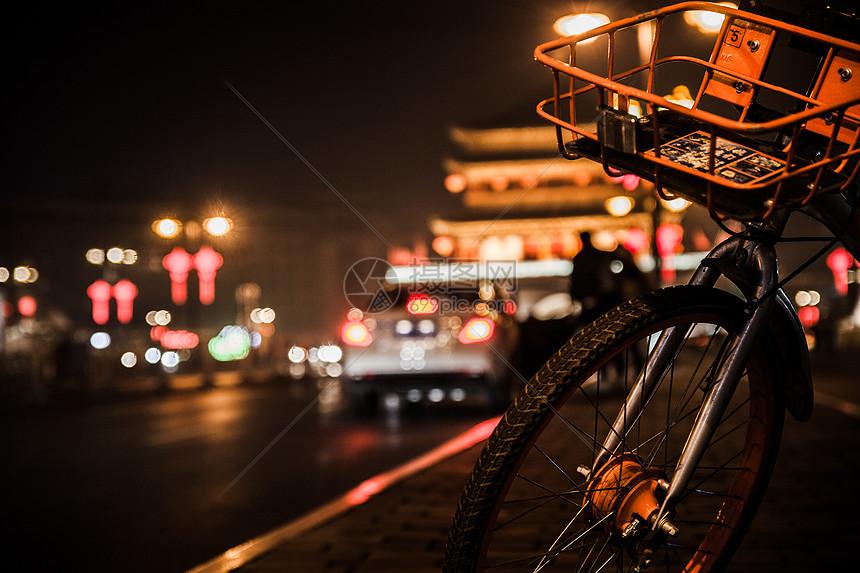 夜色中的摩拜单车和钟楼图片