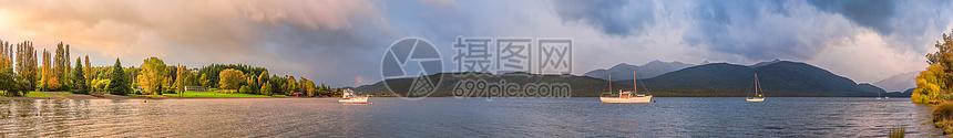 新西兰清晨的山川湖泊全景图图片