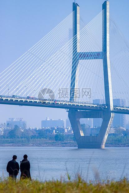 武汉长江二桥下欣赏秋色的人图片