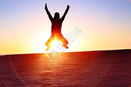 夕阳下戈壁滩跳跃图片