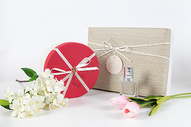 礼物盒和花束图片