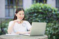 在校园室外休闲学习的女生图片