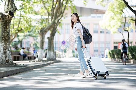 校园里拖着行李箱的女生图片