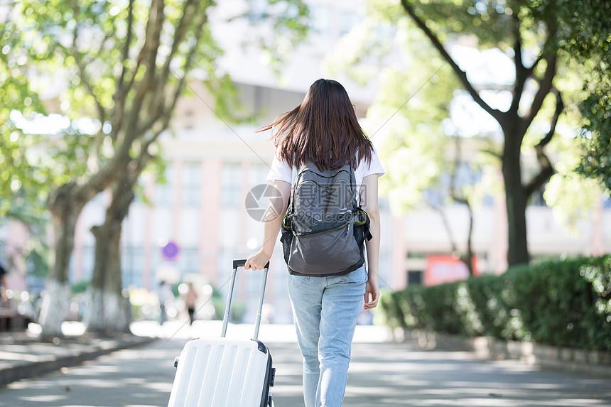 唯美图片 人物情感 拉着行李箱的女生背影jpg  分享: qq好友 微信朋友