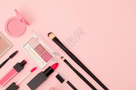 粉色背景下的化妆品图片