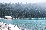 高山湖泊雪景图片