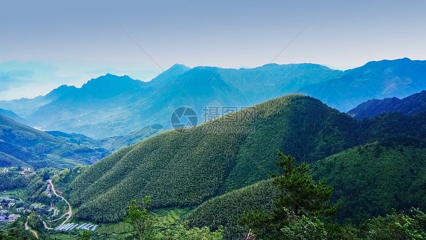 远眺青翠的山脉图片