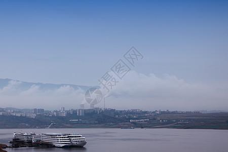 长江上准备起航的游轮图片