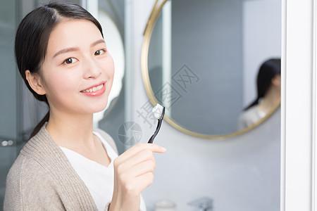 早起洗手间刷牙的年轻 女性图片