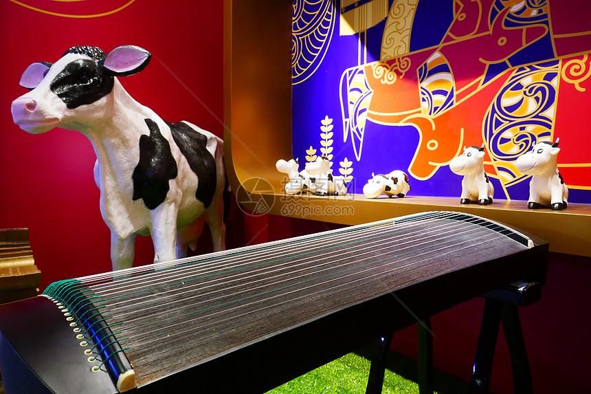 古筝奶牛摆件图片