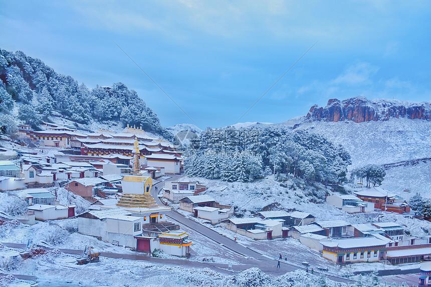十月郎木寺雪景图片